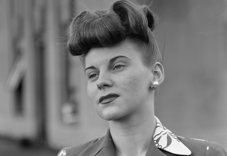 1942. Весна. Во время модного показа от фан-клуба девушек корпорации Chrysler, проводимого в магазине Saks Fifth Avenue в Детройте