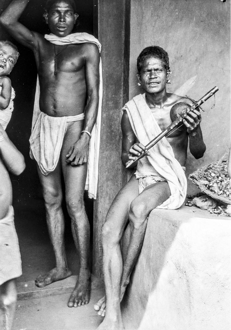 642. Орисса. Мужчина народности соро с индийской флейтой