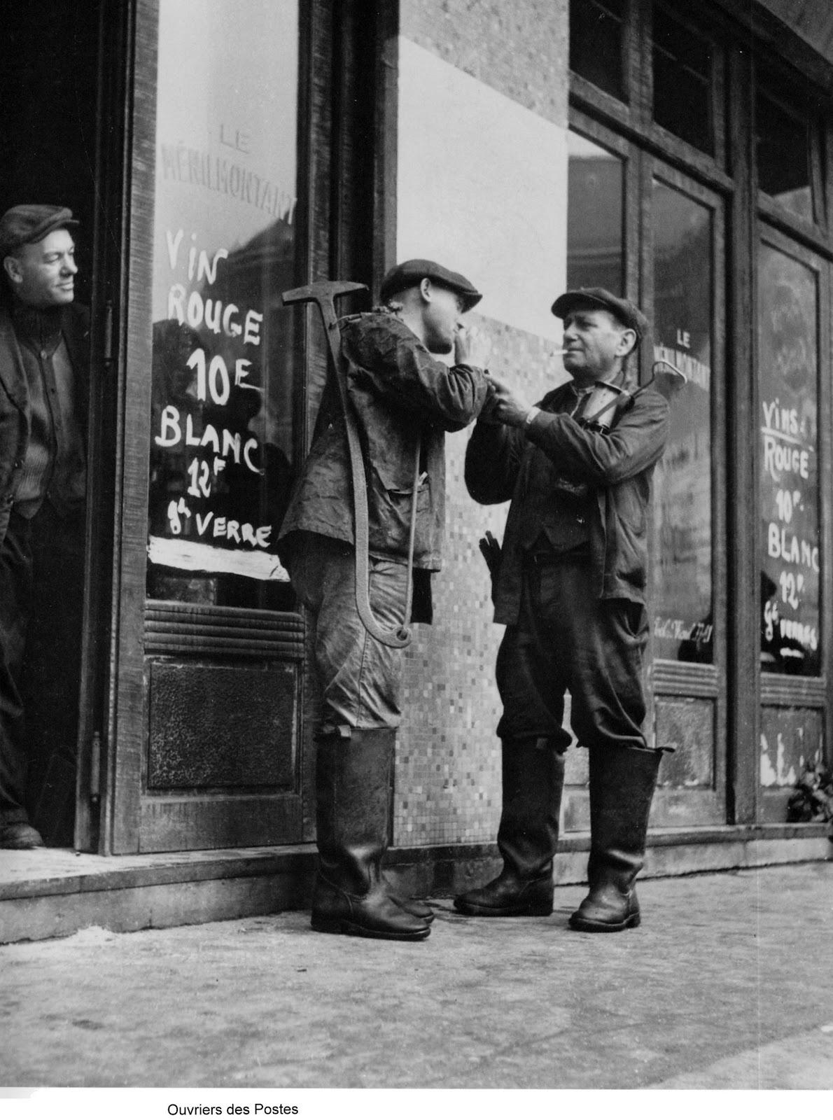 1947. Рабочие у входа в кафе Менильмонтан