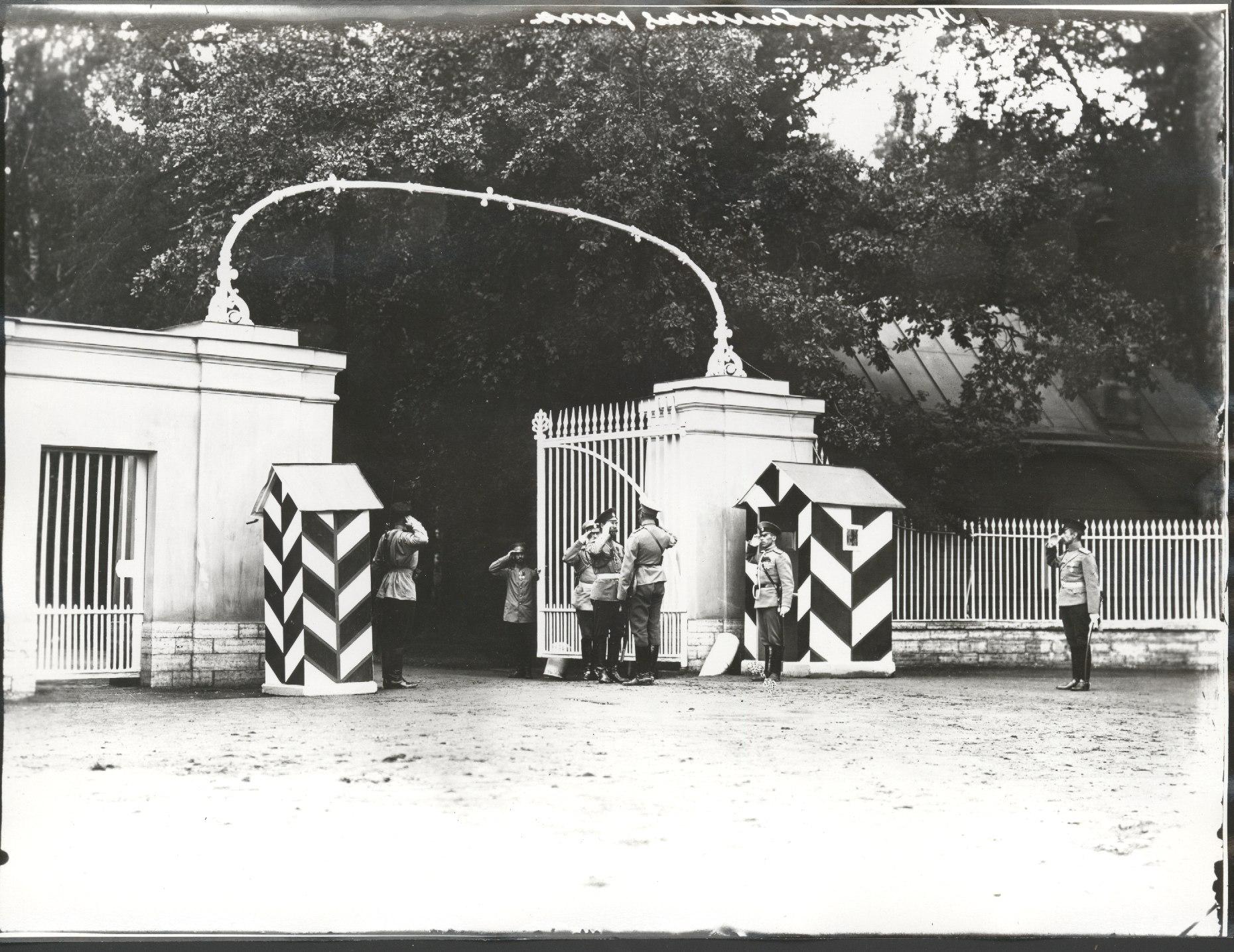 1912.  Император Николай II принимает рапорт начальника караула