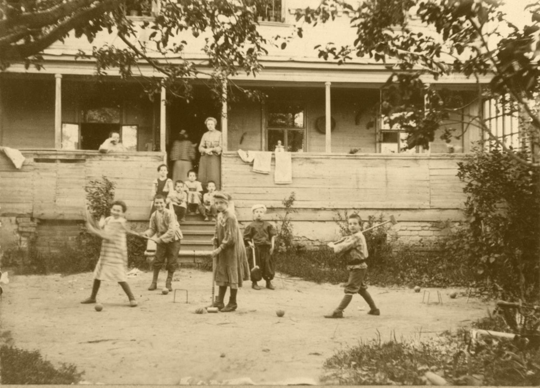 Семья Мяздриковых. Игра в крокет во дворе дома. 1904-1905