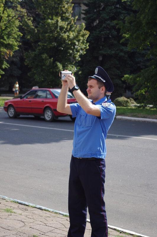 Милиционер снимает происходящее на видео
