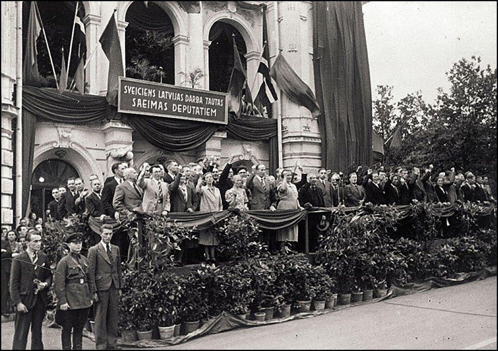 Члены Латвийского народного сейма приветствуют демонстрантов. Рига. 1940 г.