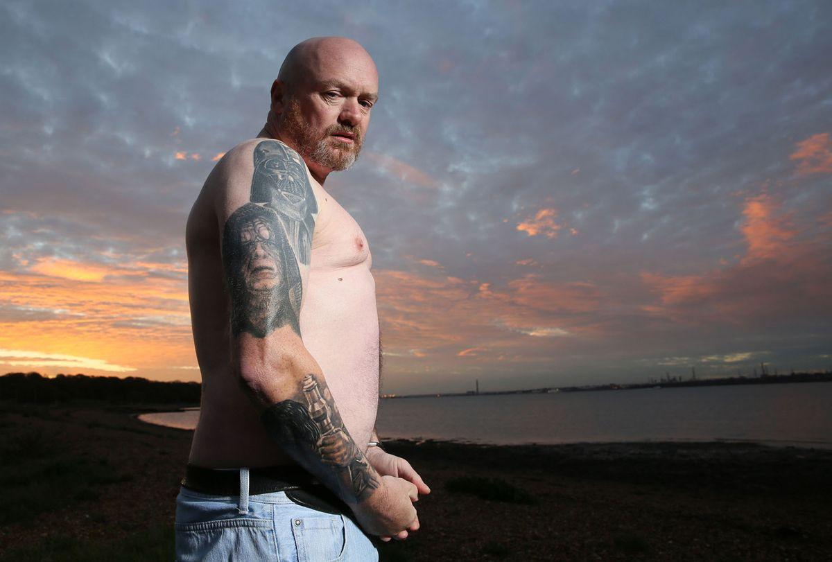 3. Почтовый работник Дэйв Олдбури, 47 лет, демонстрирует некоторые из своих татуировок с тематикой «