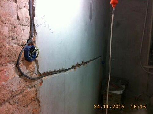 Тут протянули электрические провода до кухонной розетки