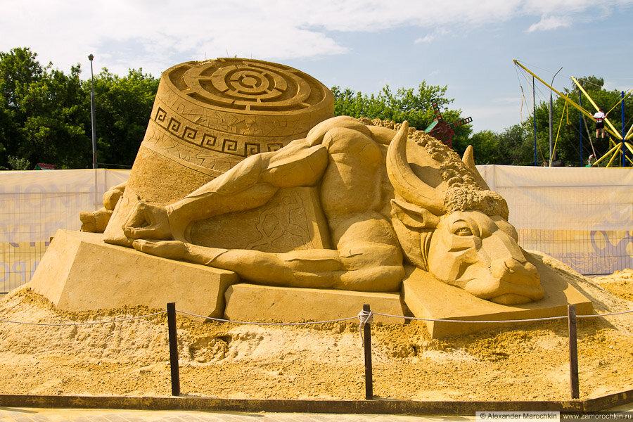 """""""История о Минотавре и Тесее"""" скульптура из песка в Коломенском"""