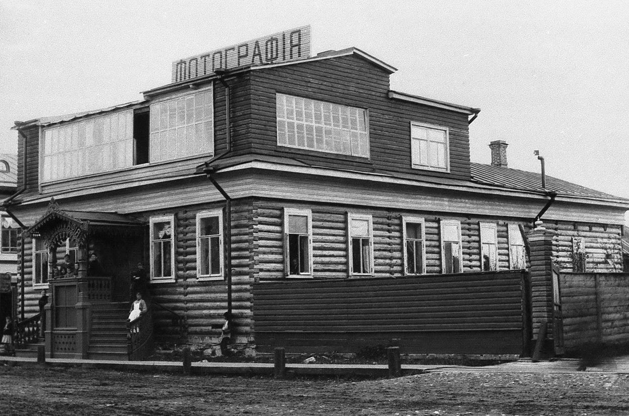 Дом с фотосалоном Я.И.Лейцингера на Псковском проспекте