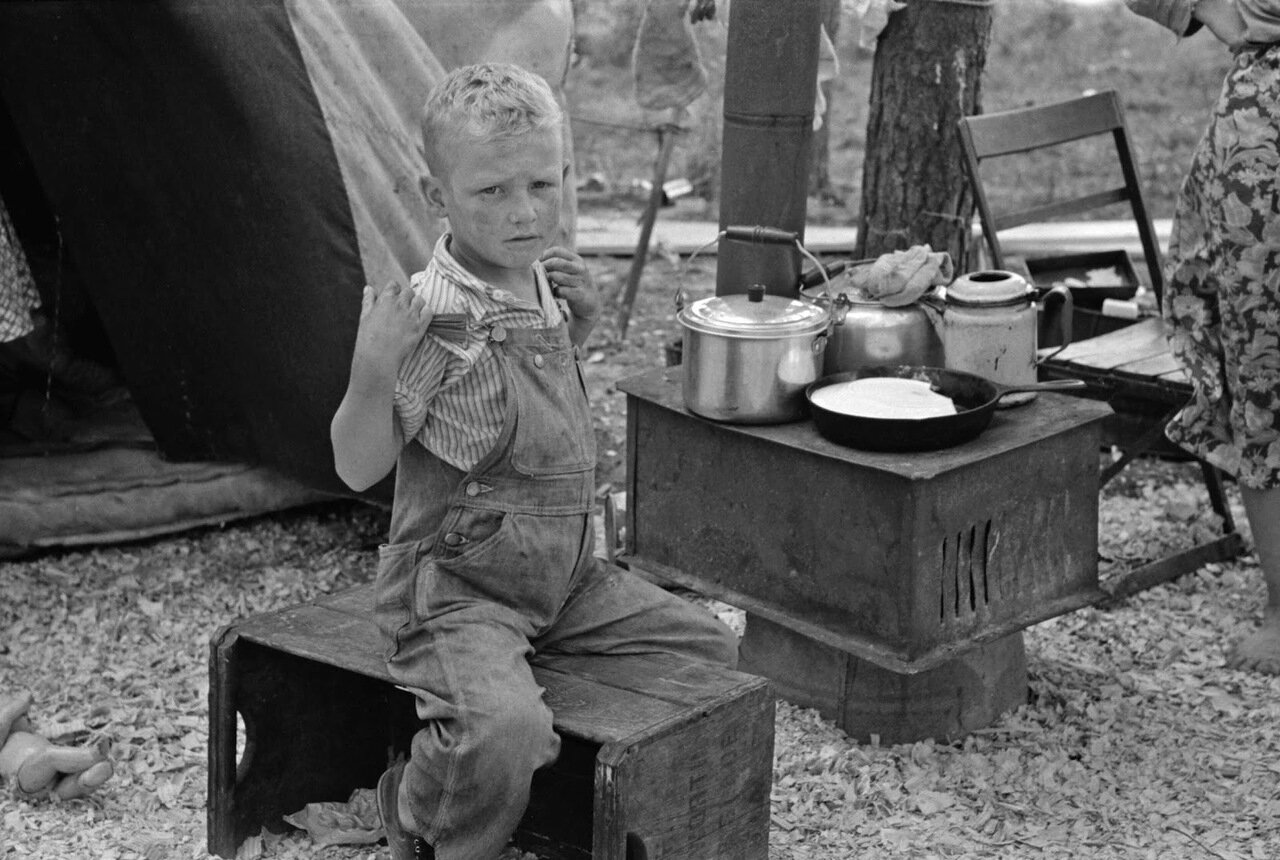 Ребенок сезонных сборщиков земляники возле палатки около Хаммонда, Луизиана, 1939