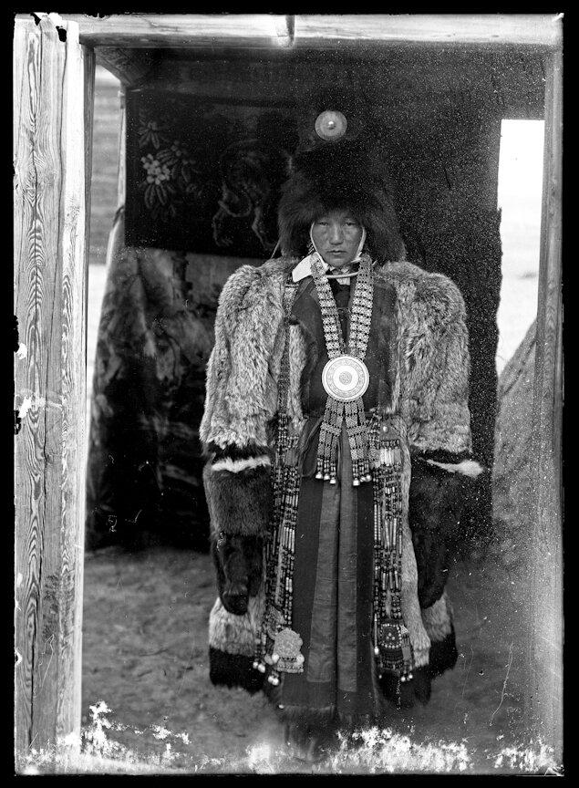 Богатая якутка в меховой одежде 1902
