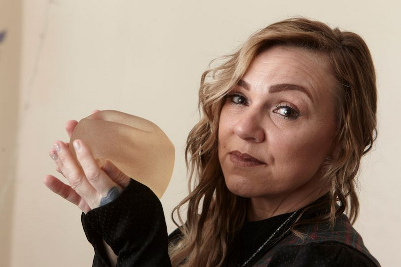 Женщина возненавидела свои грудные импланты и самостоятельно вырезала силикон из груди