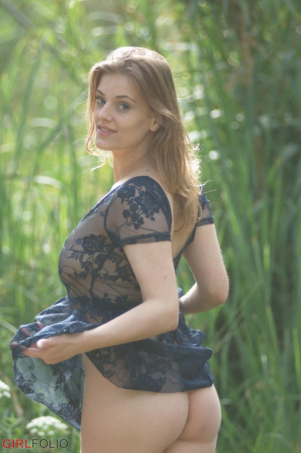 Lottii Rose в просвечивающем платье