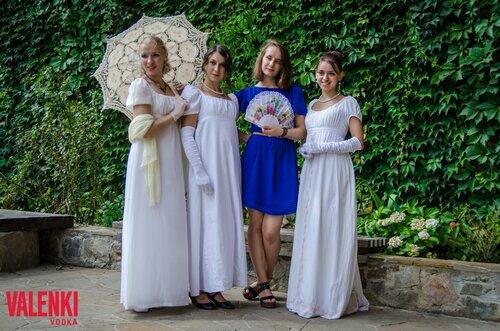 Гости замка - леди в платьях XIX Века. Мероприятие от торговой марки VALENKI водка