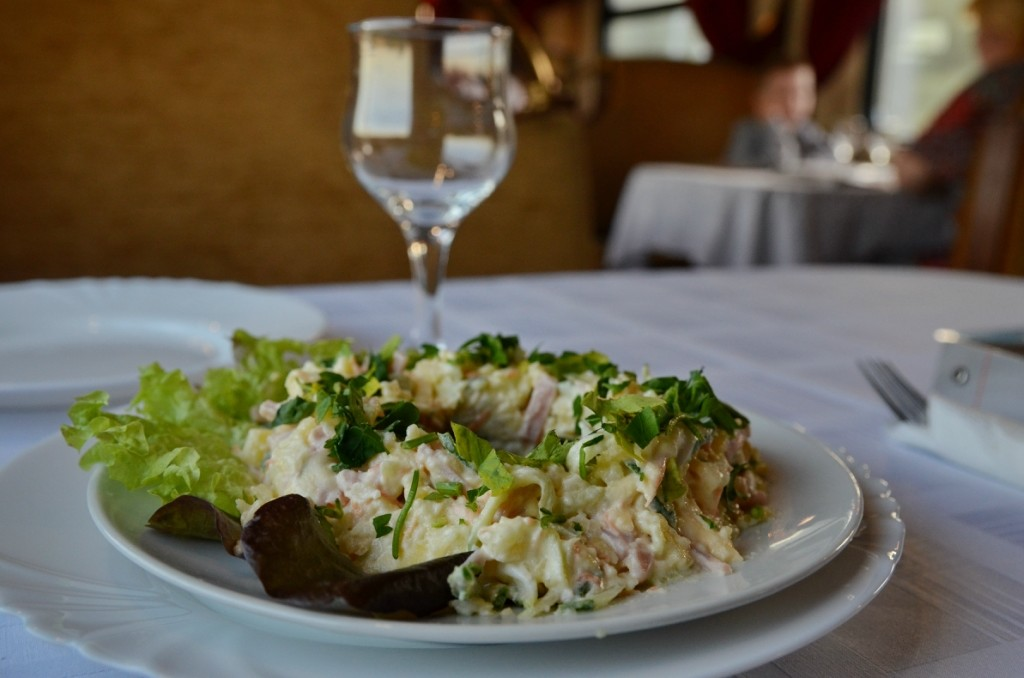 Существует версия, что в шестидесятых это блюдо активно продвигали в вагонах-ресторанах. Кроме воспо