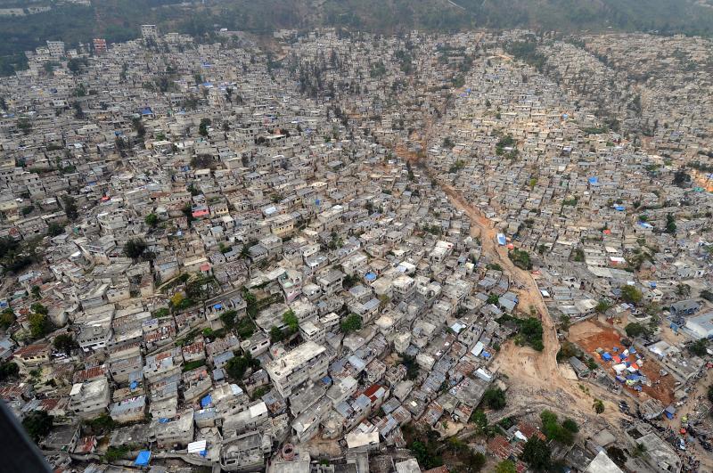 10. На этом аэрофото столицы Гаити Порт-о-Пренс, сделанном 16 марта 2010 года, виден ущерб, нанесенн
