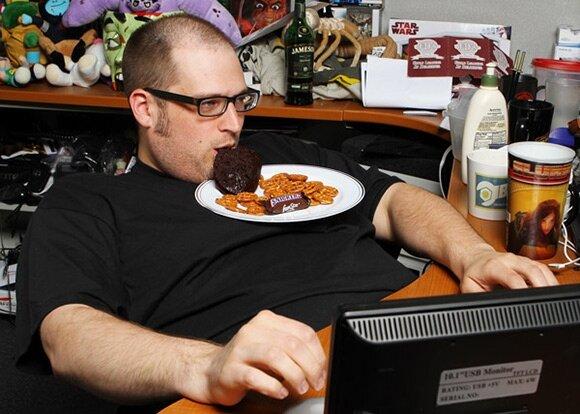 Есть и пить за компьютером опасно для здоровья