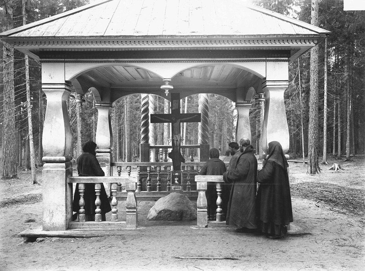Внутренний вид часовни и камня в Саровском лесу, на котором молился отец Серафим. 1904 г.