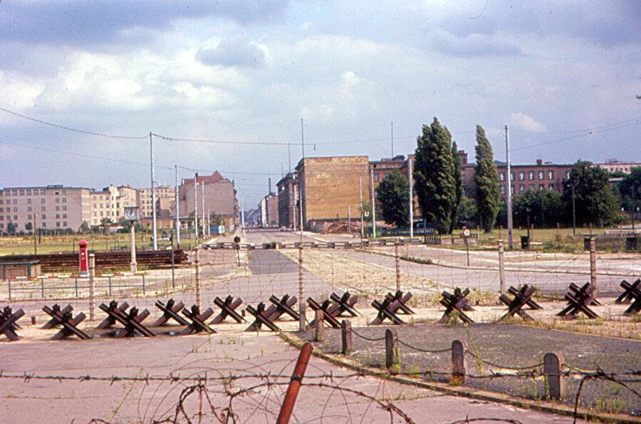 1963. Восточный Берлин - Вид Потсдамской площади от Берлинской стены