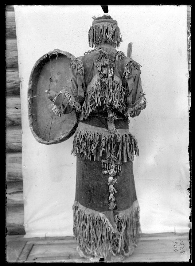 Якутский шаман в парадном облачении с бубном, 1902.