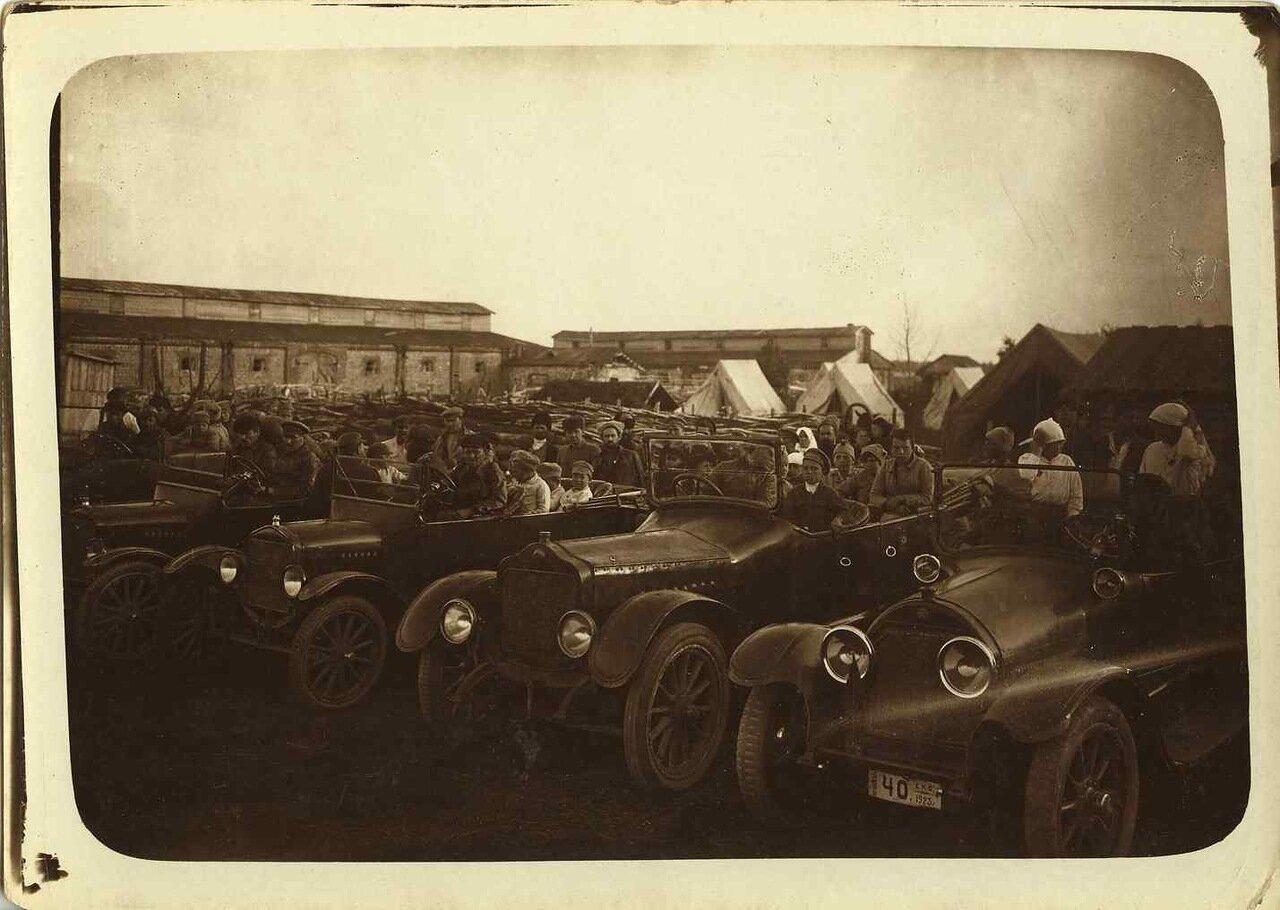 1925. Крестьяне с детьми на экскурсии на тракторном заводе.
