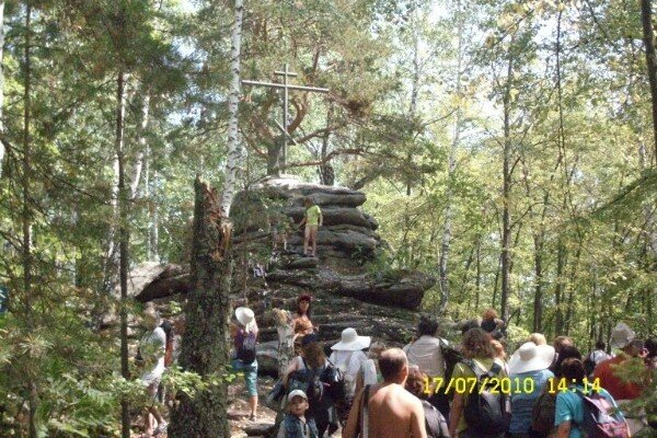 На острове Веры периодически водружали поклонный крест, который вандалы рушили. К этому кресту приезжали миасские старообрядцы, проводили здесь молебны. Теперь это место переполнено неорганизованными туристами
