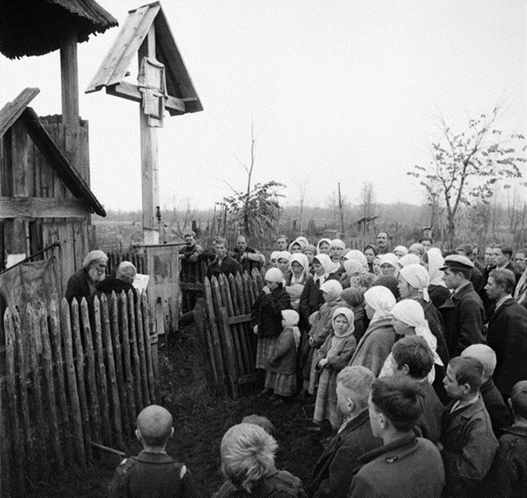 Псковский священник Федор Пузанов со своими прихожанами у церкви. 1943 г.