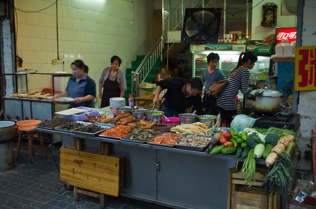 Фотография. Отдых в Китае. Где поесть в Яншо. Лучше не ходить на улицу для туристов - там дорого. Большой выбор блюд в кафе для местных жителей.