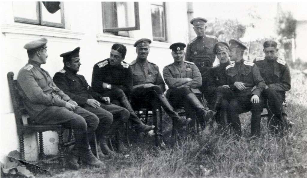 И.И.Широков с товарищами по авиационному отряду в I мировой войне ( крайний справа).jpg