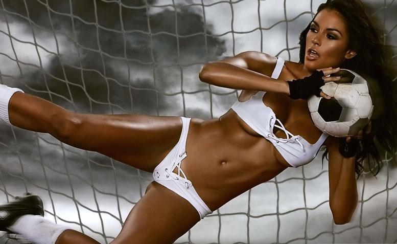 Девушки-модели в эротичной форме играют в футбол