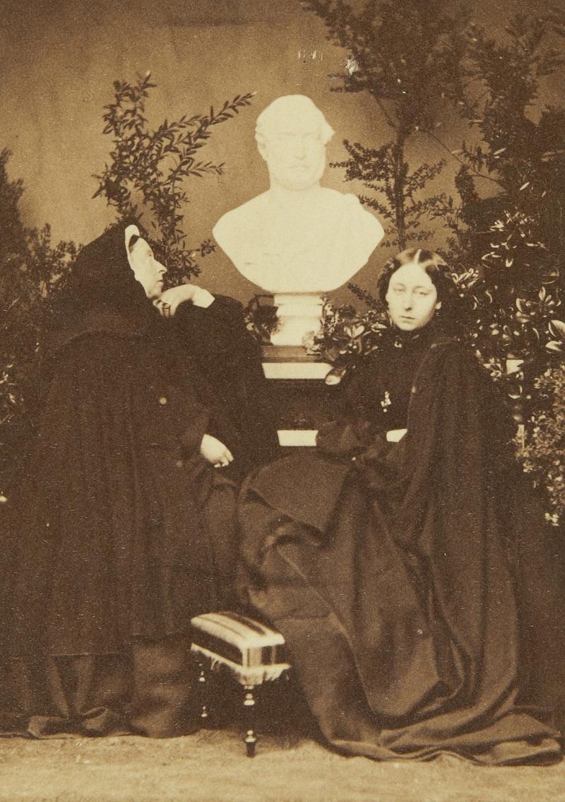 Снимал принц Альфред, Герцог Эдинбургский и Саксен-Кобург Гота и, 2 сына королевы Виктории (1844-1900) Королева Виктория и принцесса Алиса с бюстом князя супруга  Марта 1862