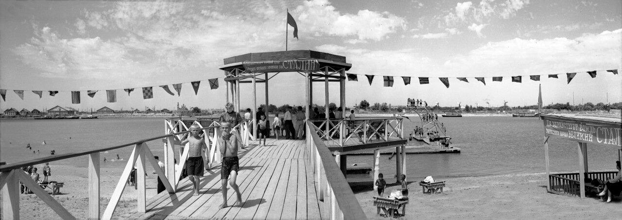 1952. Центральный павильон на пляже в Жилгородке