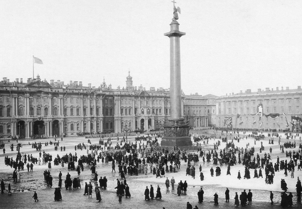 Группа жителей и воинские части на Дворцовой площади. 1910-е г.