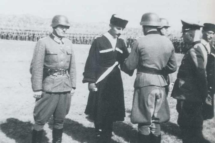 Гауптман Гиви Габрилиани пишет отчет в Берлин. 1945 г. texel-breitner-melikia-indschia-loladze-01-pic700-700x467-34683.jpg