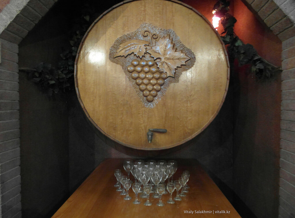 Бочка с вином и фужеры, Бахус Алматы