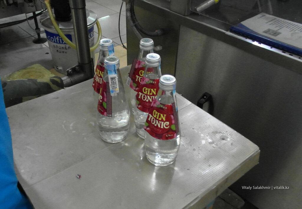Джин тоник в бутылках на заводе Бахус в Алматы