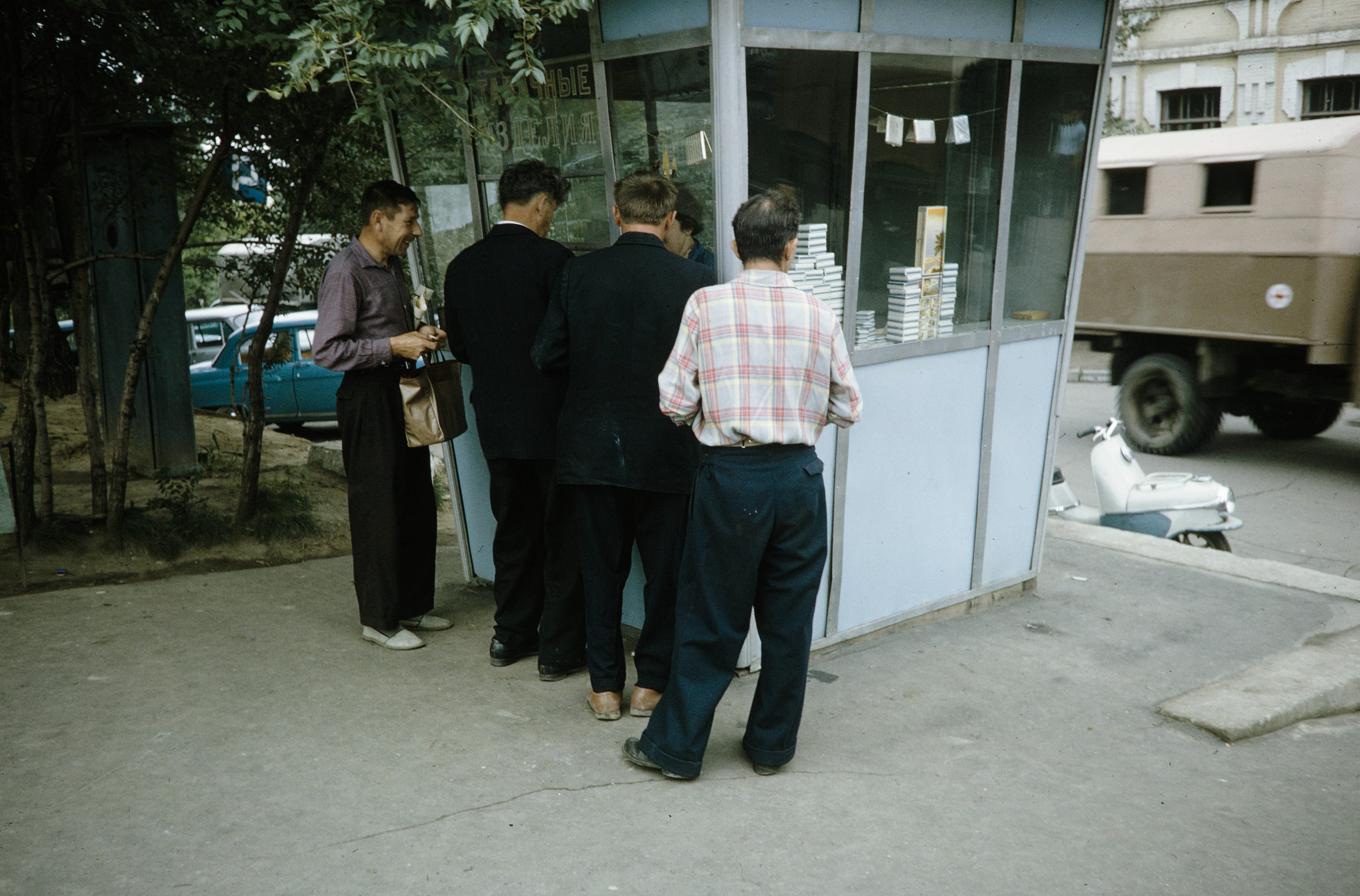 Табачный киоск на углу улиц К.Маркса и Запарина