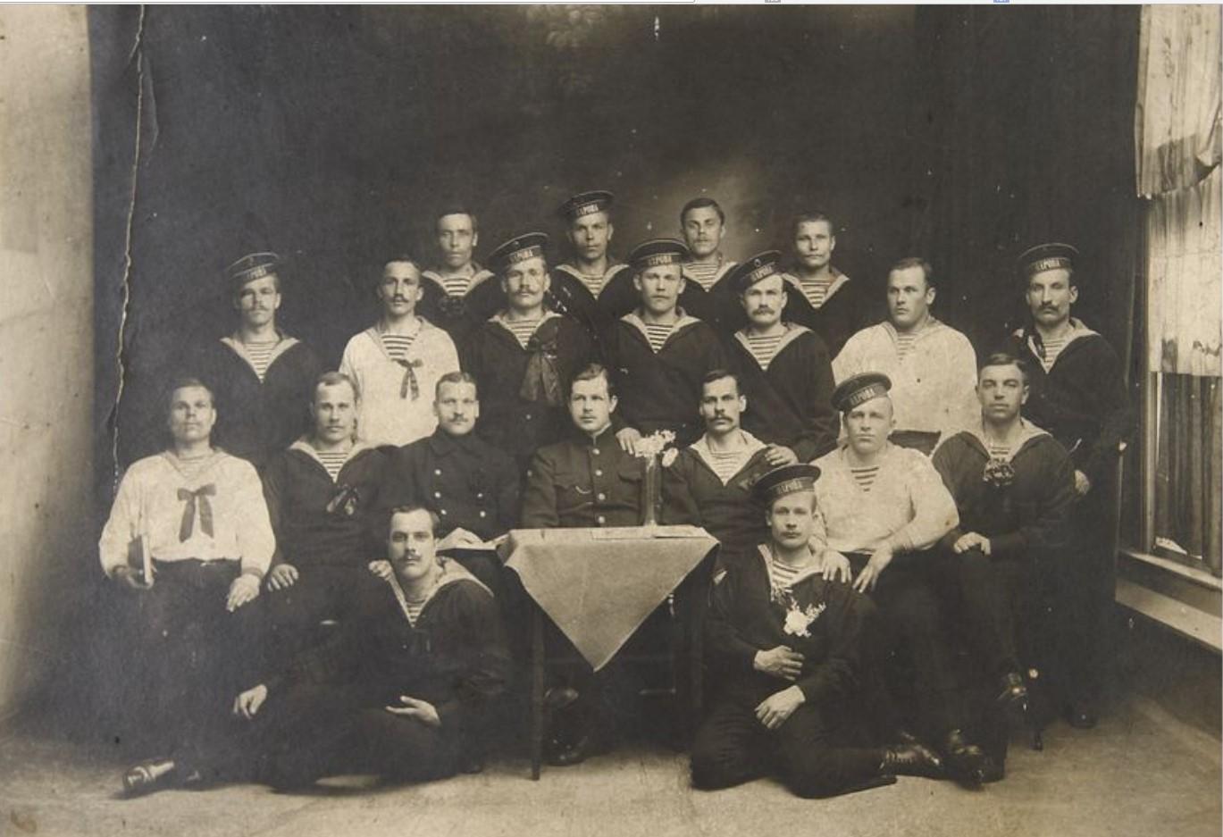 Фото команды минного заградителя «Нарова» после майской демонстрации. 1917