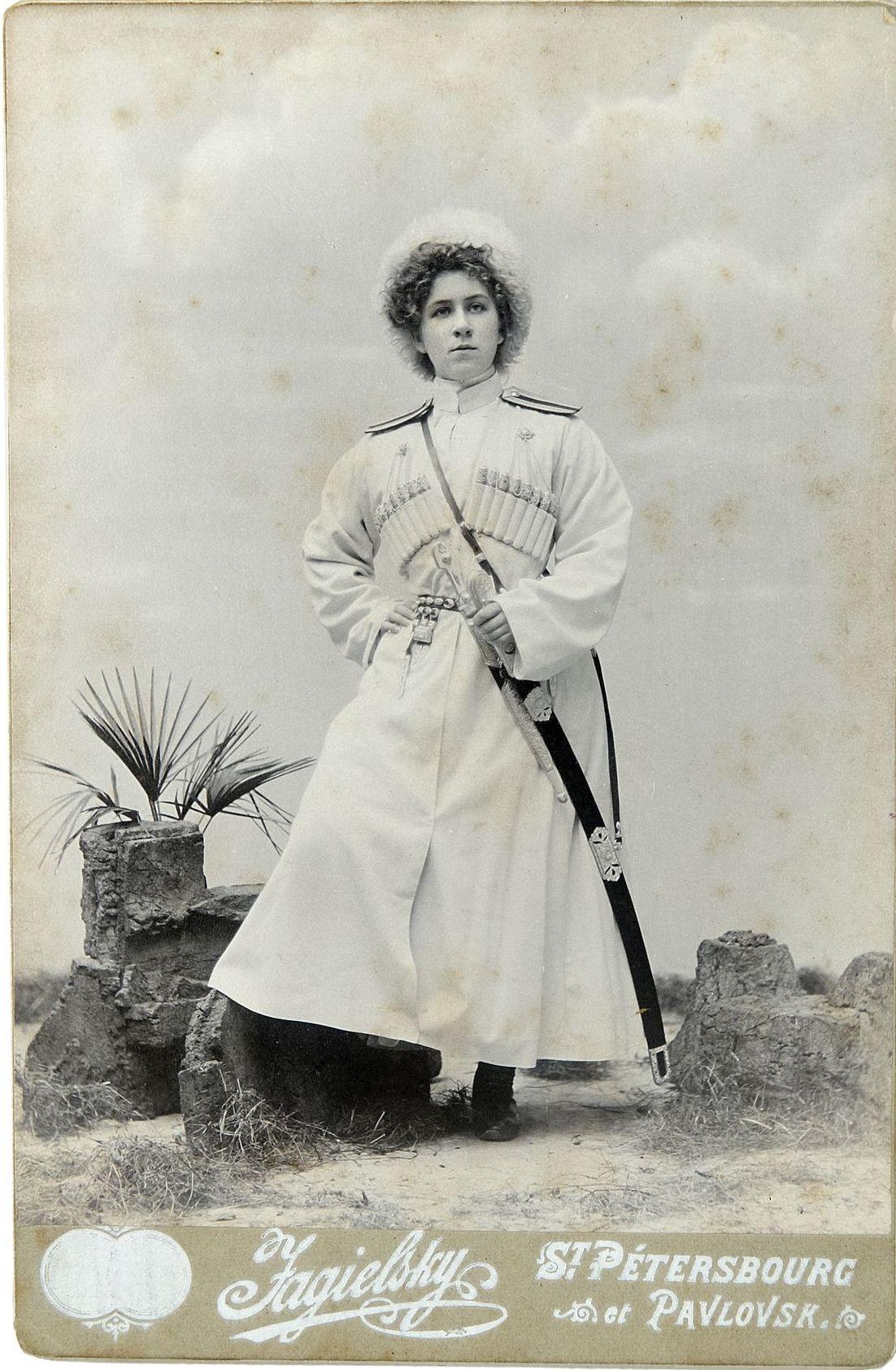 Фото девушки в мундире юнкера Новочеркасского юнкерского училища Кубанского или Терского казачьего войска. 1900-е