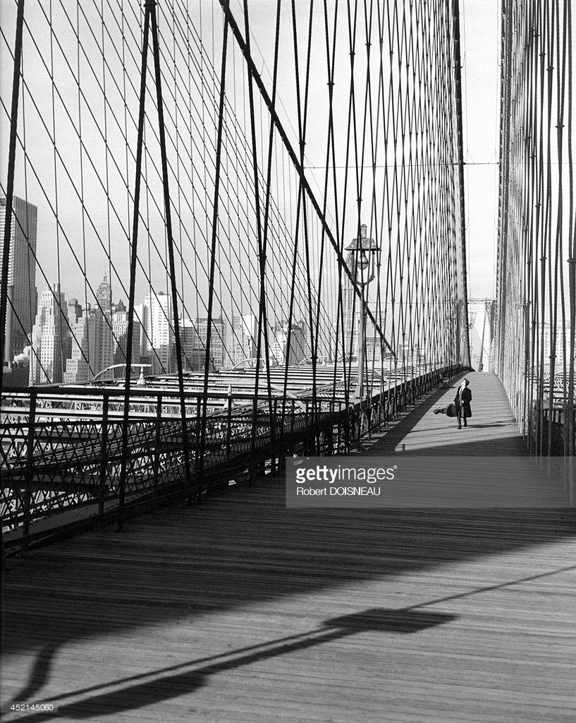 1960. Французский виолончелист Морис Баке со своей виолончелью на Бруклинском мосту в Нью-Йорке