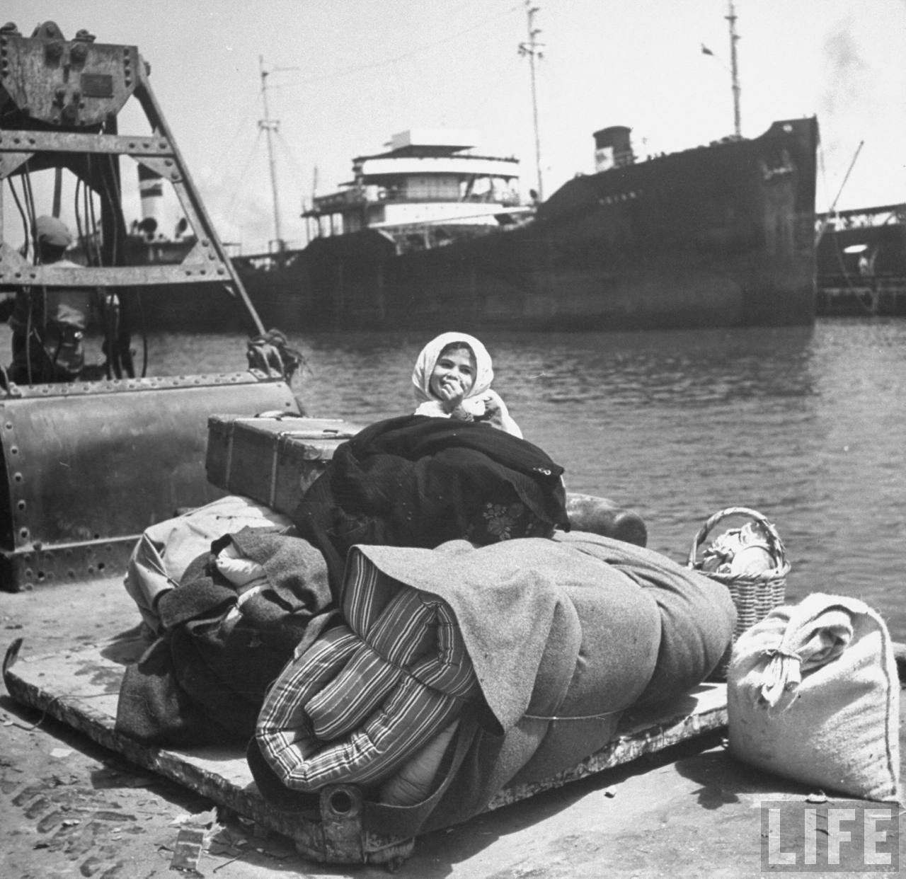 Арабский ребенок ждет в порту судна покинуть Хайфу. Апрель