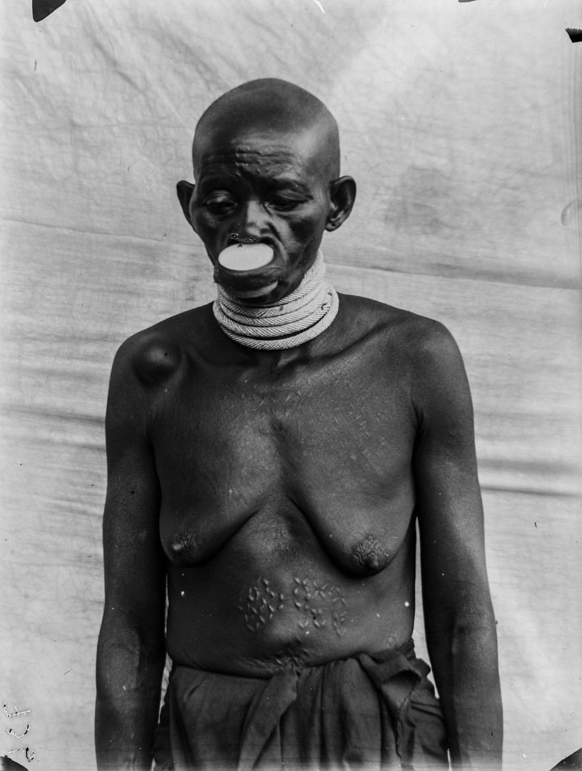 68. Портрет женщины маконде