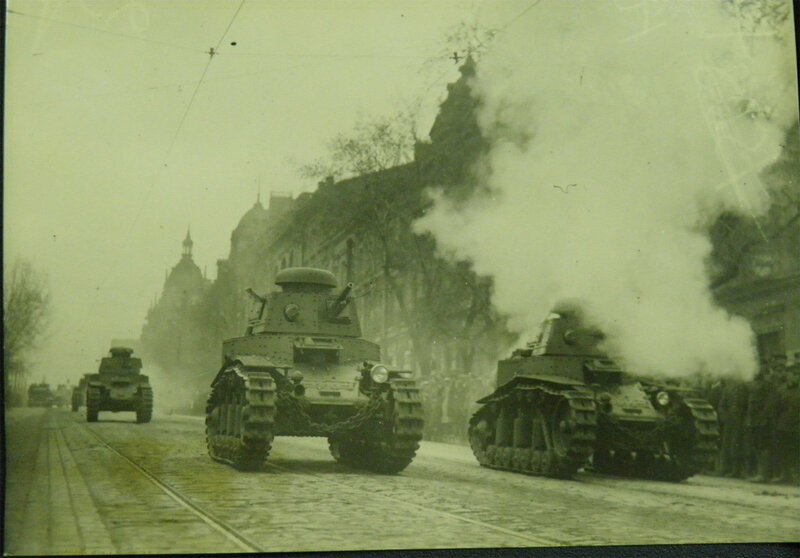 Легкие Т-18, они же МС-1, с грохотом и дымом проезжают парадом по Владимирской улице, 1 мая 1932 года.