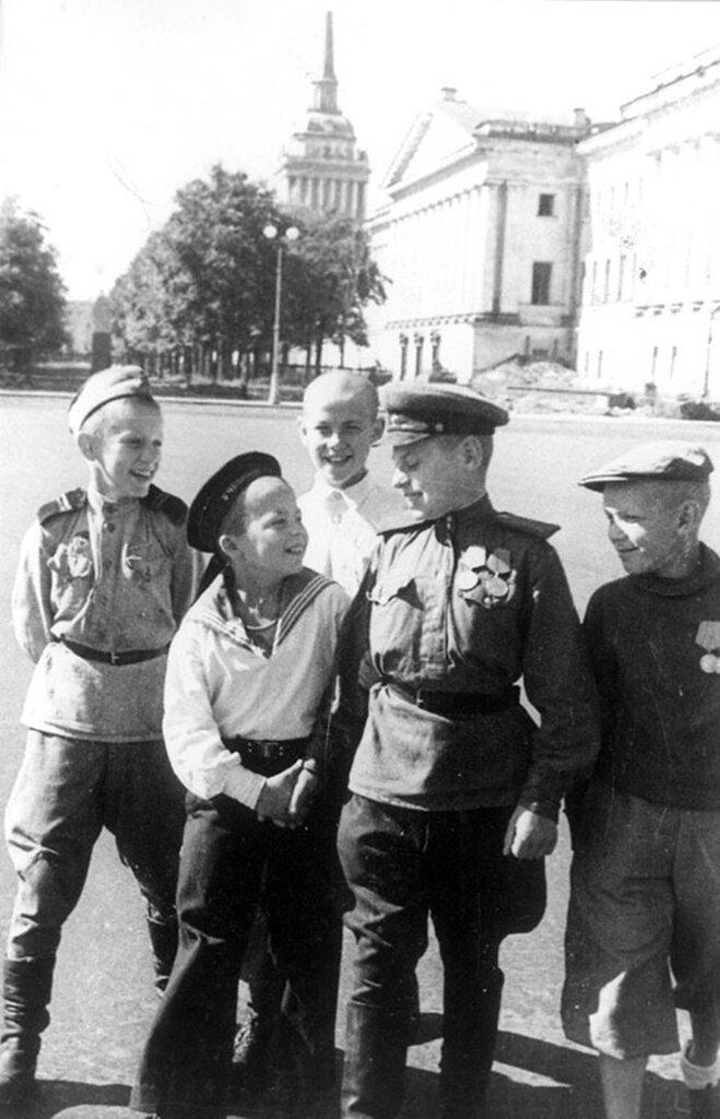 Юные защитники Ленинграда на Дворцовой площади. 1945 г. Ленинград.