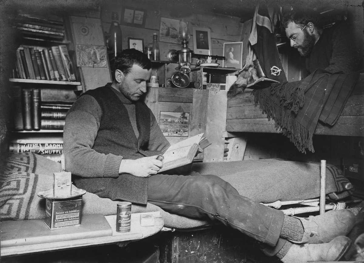 30. Биолог Роберт Кларк и геолог Джеймс Уорди в своей каюте.