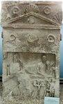 Стела надгробная со сценой загробной трапезы.
