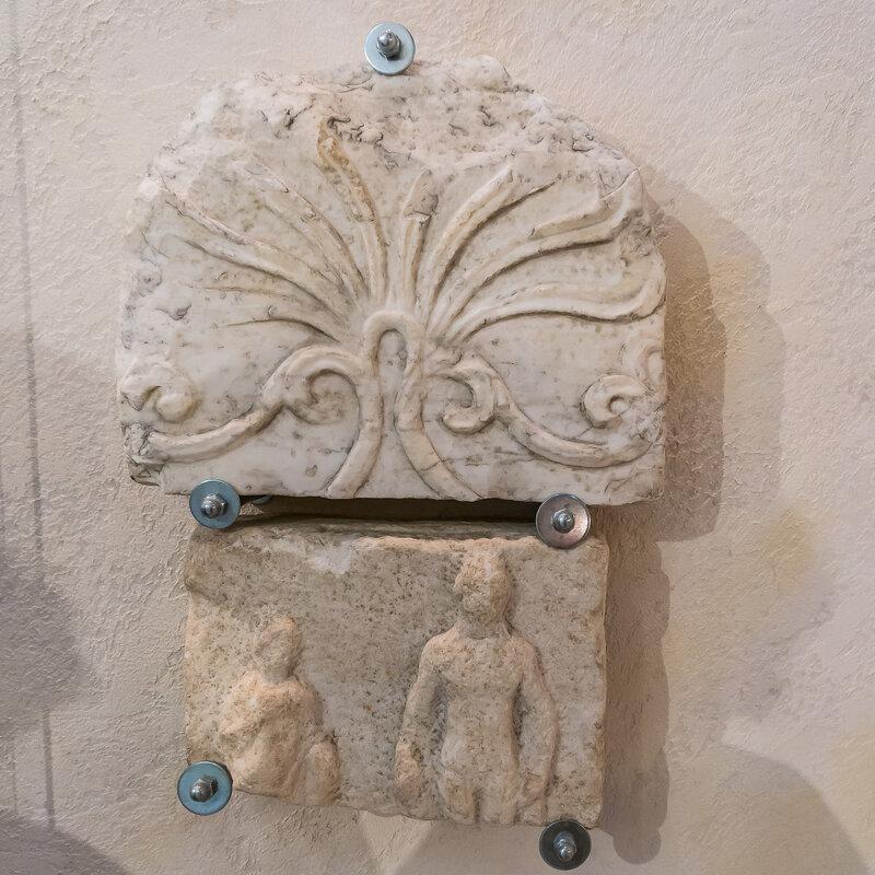 Мраморные детали античной архитектуры
