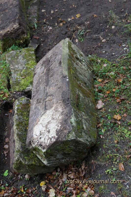 Старинные надгробия и захоронения на территории церкви Воскресения Словущего в Васильевском