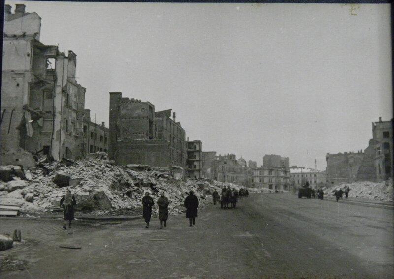 Крещатик от угла Прорезной в сторону площади Калинина, ноябрь 1943 года.