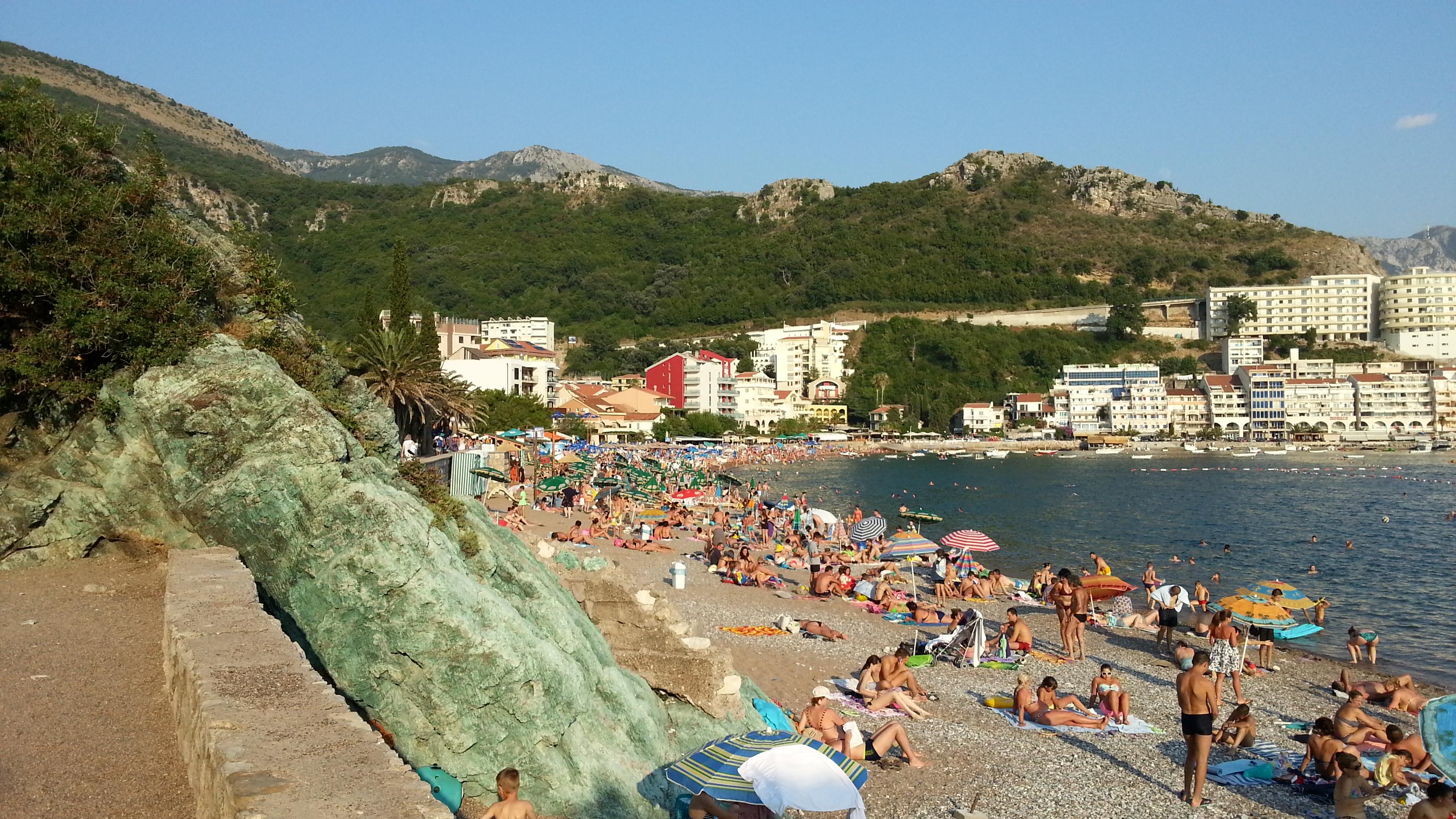 Пляж в Рафаиловичах. Слева позеленевший медный камень.