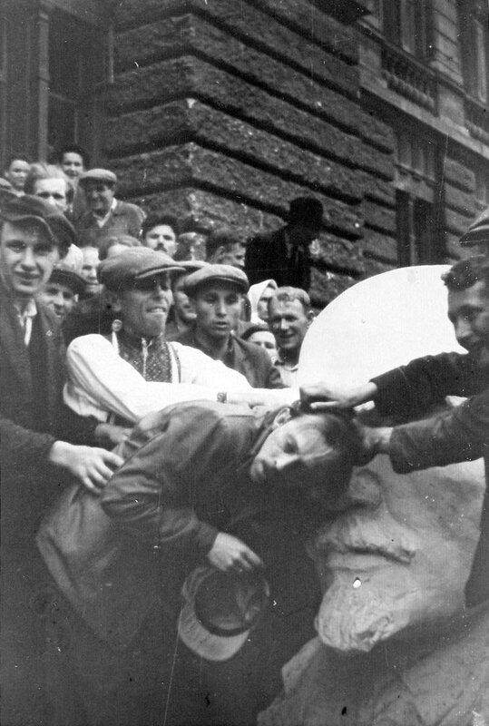 """Из егерского альбома """"1. Gebirgs Division"""", большинство фото датировано 30 июня 1941 г.Евреи. Тюрьма НКВД."""
