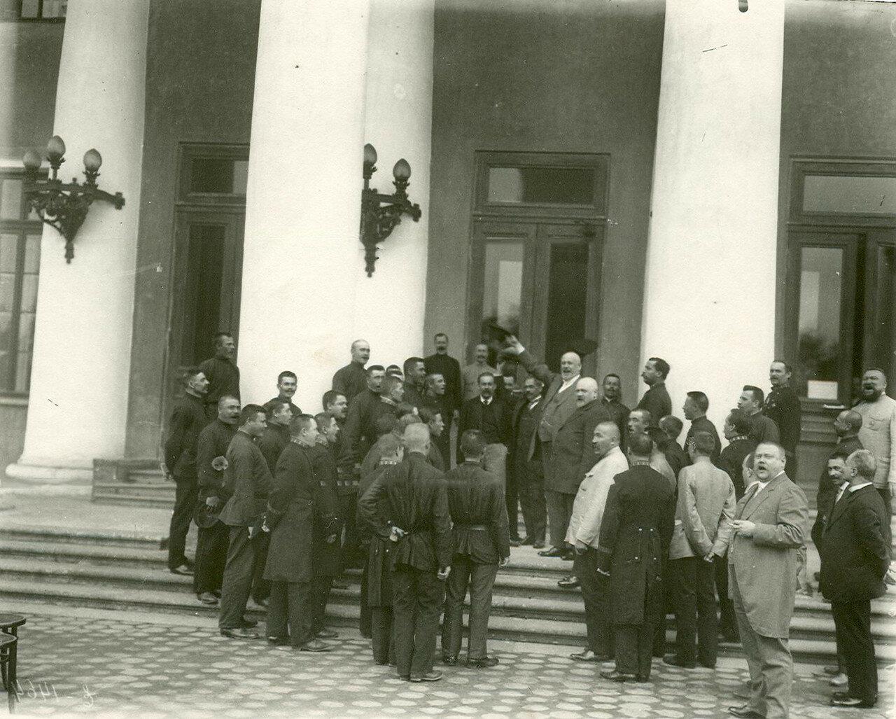 Выступление депутата Четвертой Государственной думы М.В.Родзянко перед призванными в армию у подъезда Таврического дворца. 1914